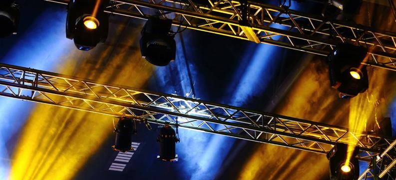 Iluminação cênica: transforme seu evento corporativo
